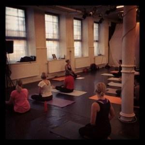 Yogafilosofi på yogamattan.
