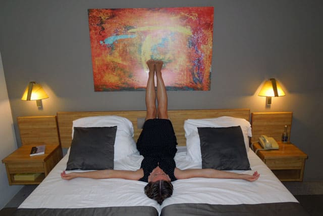 Låt benen och kroppen vila en stund i Viparita Karani.