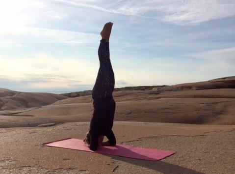 Jaana är så tacksam för att hon har hittat yoga. Här är hon i huvudstående.