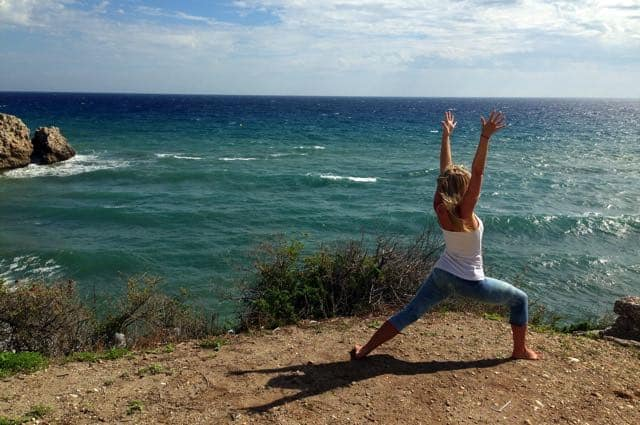 Yogapositionen krigare 1 - Virabhadrasana