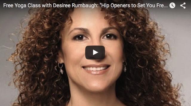 Yogaläraren Desirée Rumbaugh leder en 90-minuters yogaklass för höfterna
