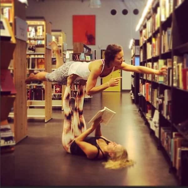 Yogaläraren Mariell Ehlin och Milla Floryd