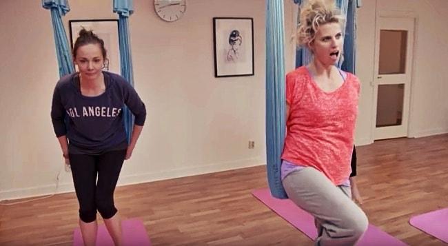 Carina Berg och Christine Meltze är fulla på yogaklassen