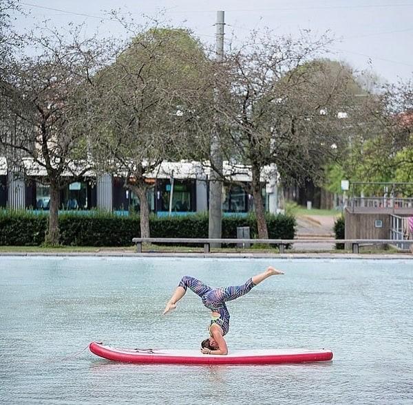 Yogaläraren Isabel Holmquist håller Sup yoga i Göteborg på sommaren