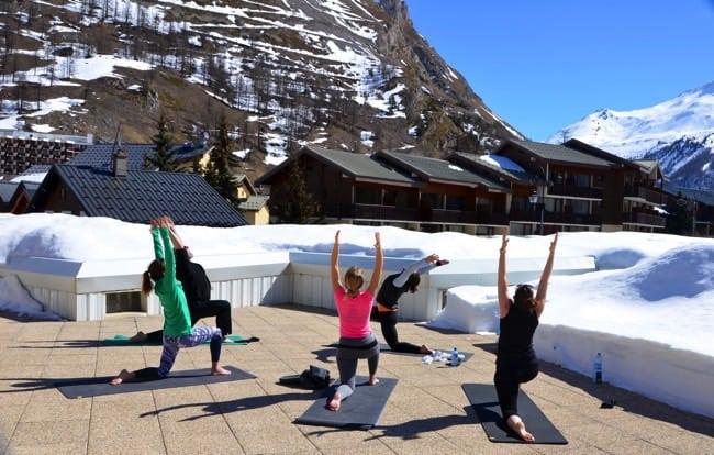 Stretcha ut kroppen med yoga efter skidåkningen.