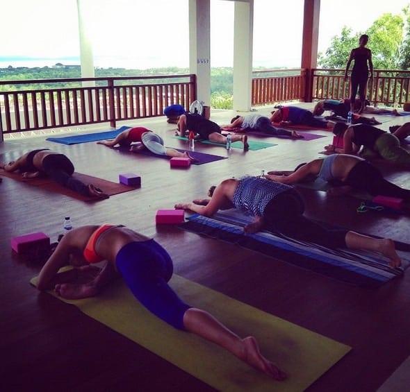 En yogaklass på Bali