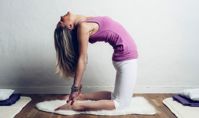 Yogaläraren Madeleine Wilhelmsson i kamelen