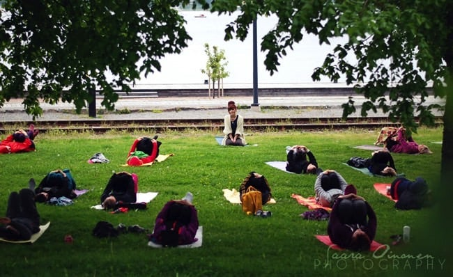 Veckans yogalärare Amanda Holmström. Fotograf: Saara Oinonen