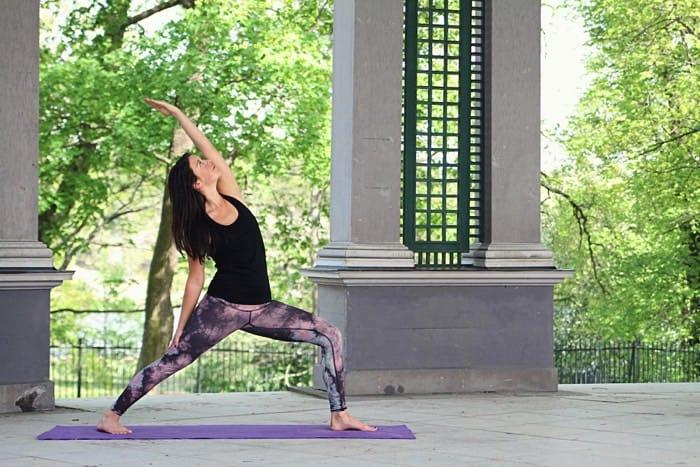 Yogaläraren Martina Cederqvist berättar. Foto: Emma Molin
