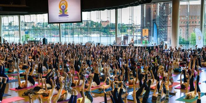 800 yogis var på plats vid det svenska officiella firandet av Internationella Yogadagen i Stockholm.
