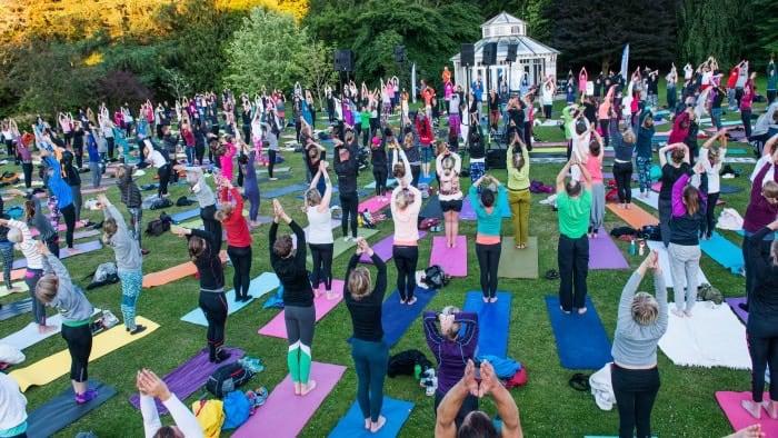 Hagabadet samlar hundratals yogis i Botaniska trädgården 21 juni 2016. Foto: Oscar Gärdehed