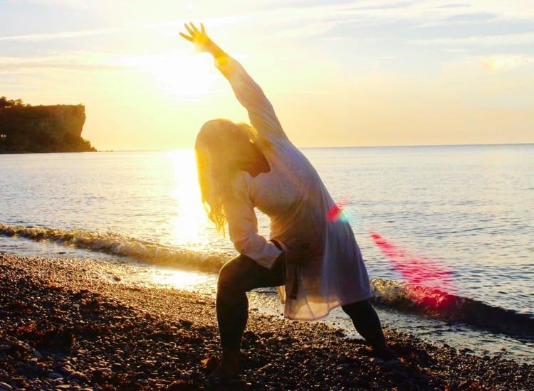 Yogaläraren Lou Åberg trivs vid havet. Fotograf: Ola Aniel