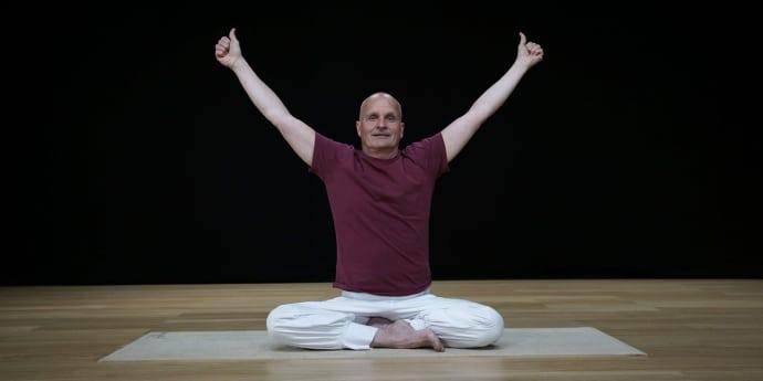 Per Söders liv präglade under 40 år av migrän och huvudvärk. Med hjälp av enkla yogaövningar lever han nu ett huvudvärksfritt liv och hjälper andra att göra detsamma.