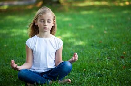 Liten tjej som mediterar