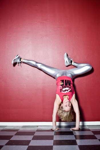 Yogaläraren Milla Floryd upp och ner