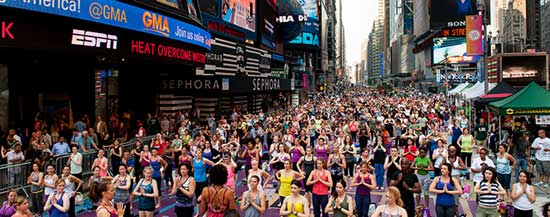 Tusentals gör yoga på Times Square. Foto:timessquarenyc.org