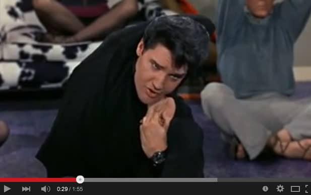 Elvis yogar och sjunger om det