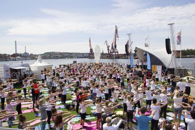 Nästan 400 yogaentusiaste fyllde Frihamnspiren på Internationella Yogadagen. Foto: Yogobe