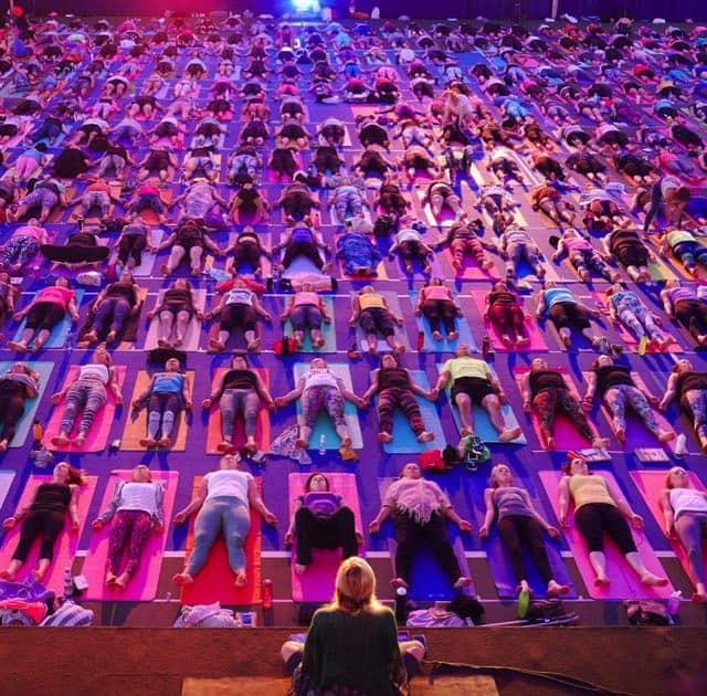 Yoga girl ledde en yogaklass för 900 deltagare i sin hemstad Uppsala