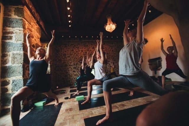 Yogaläraren Josefine Bengtsson och hennes yogaklassin action