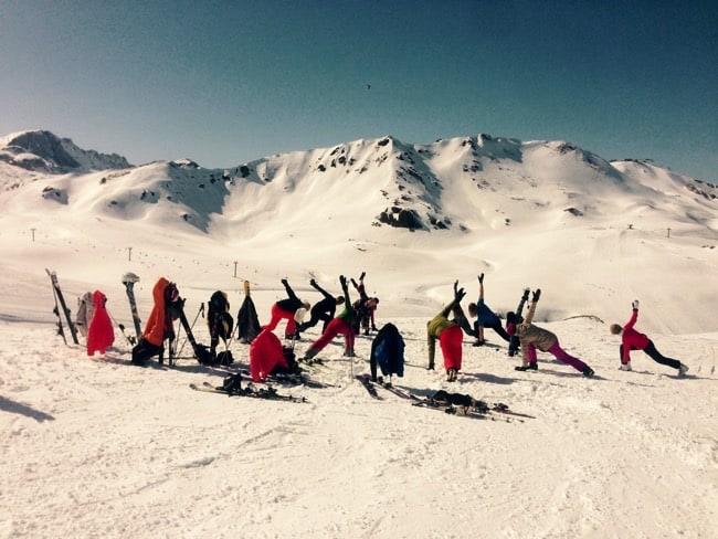 Yoga och skidåkning på Semestern är en perfekt kombination