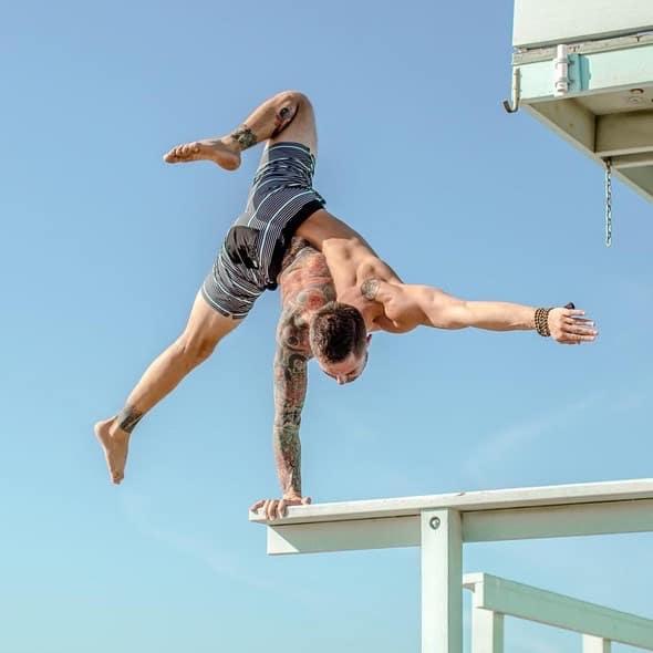 Yogaläraren Dylan Werner håller yogaklasser i Stockholm nu i helgen