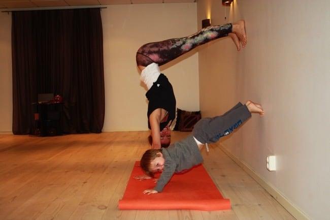 Camilla tillsammans med sin son på yogamattan