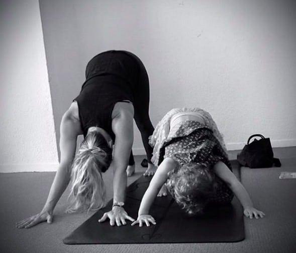 Johanna Andersson yogar tillsammans med sin dotter