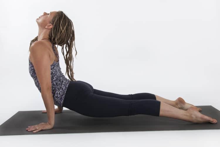 Yogaläraren Linda Wikström. Foto: Natalie Johansson i Uppåtgående hund