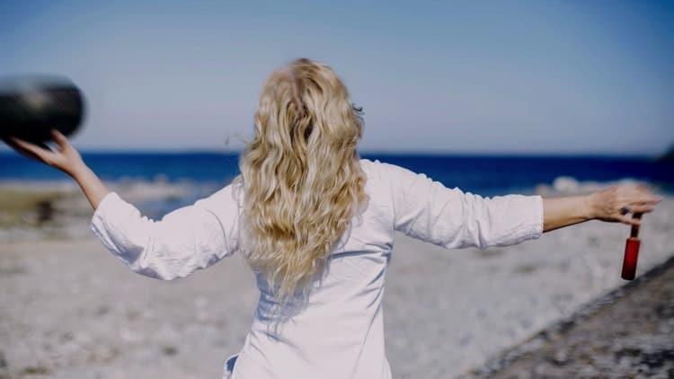 Yogaläraren Lou Åberg trivs på Gotland. Fotograf: Bibbie Friman