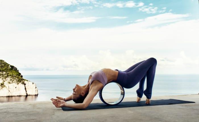 Yoga med Casalls nya Yoga Wheel. Foto: Casall