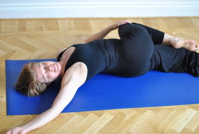 Yogapositionen liggande ryggradsvrining